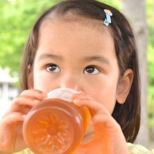 麦茶は熱中症予防に子供と高齢者にとても相性が良い